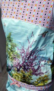 Jumpsuit Julika von Prülla aus Baumwollstoff mit versehenem Fotodruck, rosefarbenem Paspelband und langem Bein