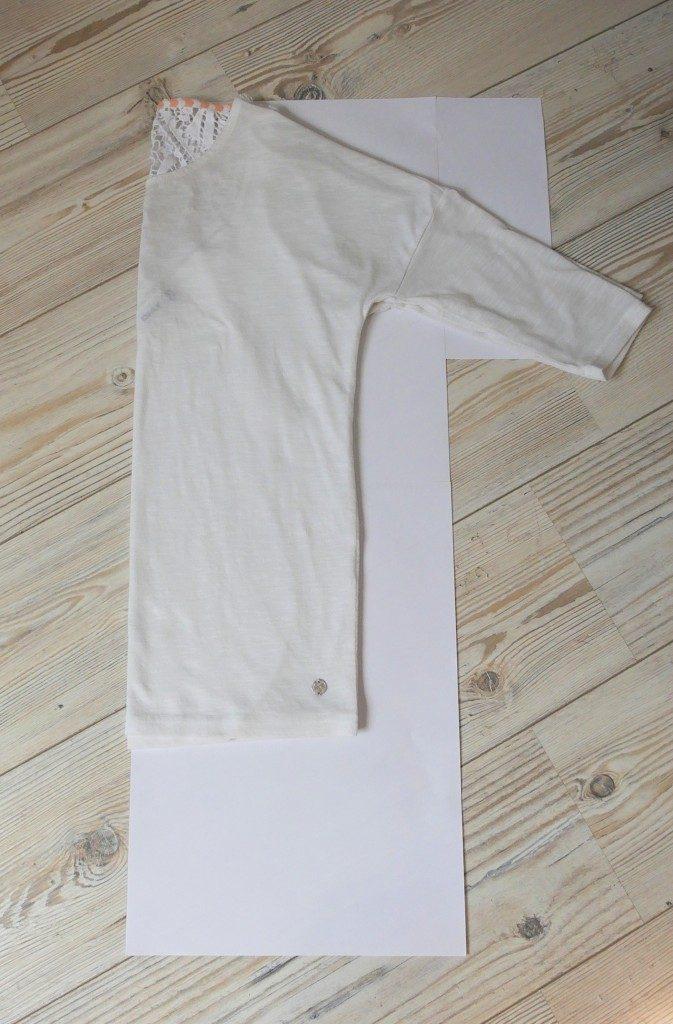Shirt im Bruch falten und diesen bündig an die Blattkante legen